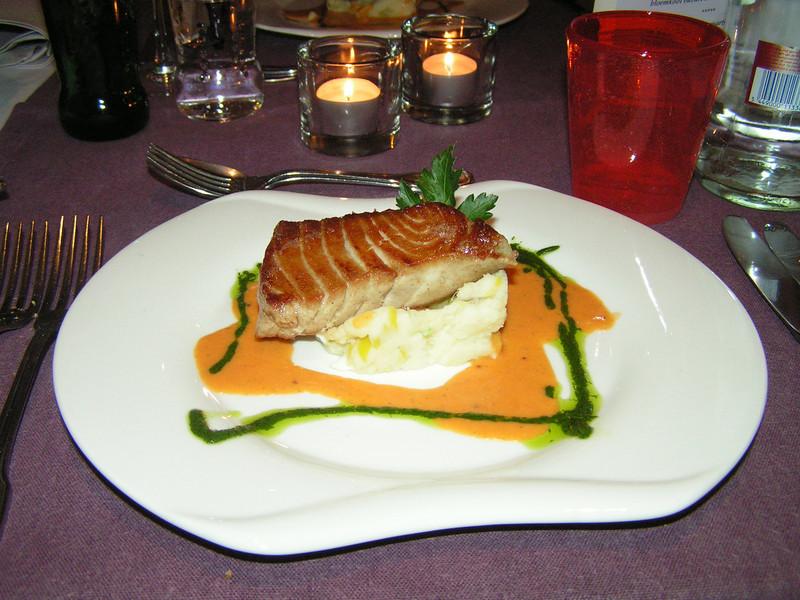 """""""Kort gebakken """"Yellow Fin""""tonijn op brandade van winterprei met jus van kokkels""""<br /> (Marktmenu-02-01-2009)"""