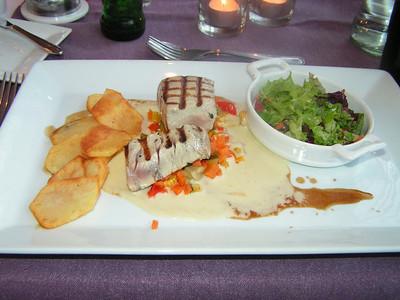 """""""Tonijnsteak saignant gegrild met mediterraans stoofpotje van groentjes in vierge saus met soja en espelette peper vergezeld van kruidenslaatje en chips patatjes"""" (Gastro-april 2009)"""