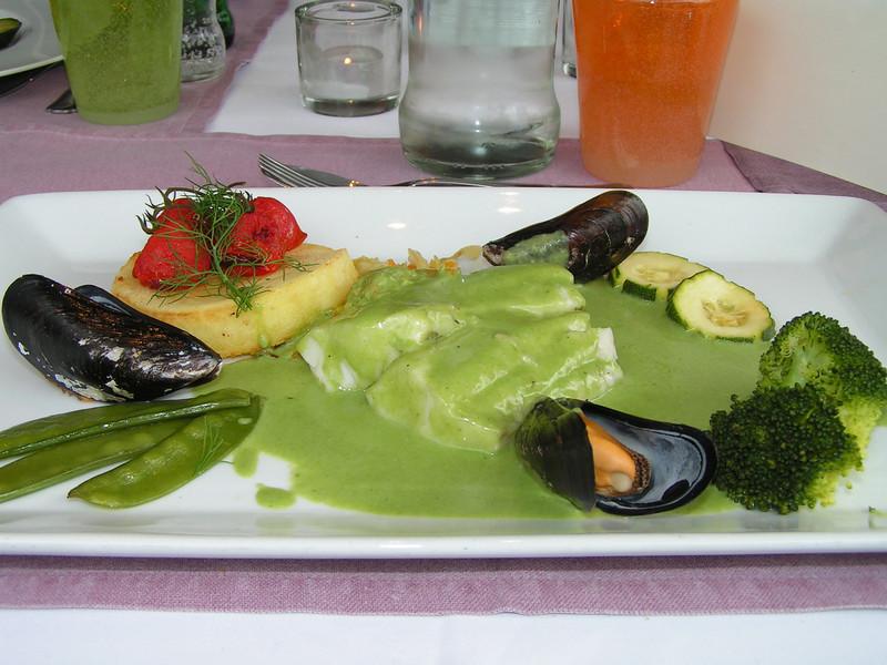 "De keuze menu vlees of vis:<br /> ""Zeebaars in coulis van waterkers met geglaceerde trostomaat en fijne groentesnippertjes met macaire aardappel""<br /> (Lunch-menu 2009-08-13)"