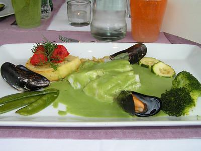 "De keuze menu vlees of vis: ""Zeebaars in coulis van waterkers met geglaceerde trostomaat en fijne groentesnippertjes met macaire aardappel"" (Lunch-menu 2009-08-13)"