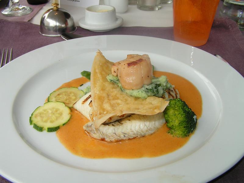 """""""Gegrilde grietbot filet en Sint-Jakobsvrucht van Dieppe op krokantje van Oud Brugge kaas en lentespinazie in homardinesausje"""" Keuze menu vis of vlees. (Paas-menu 2009)"""