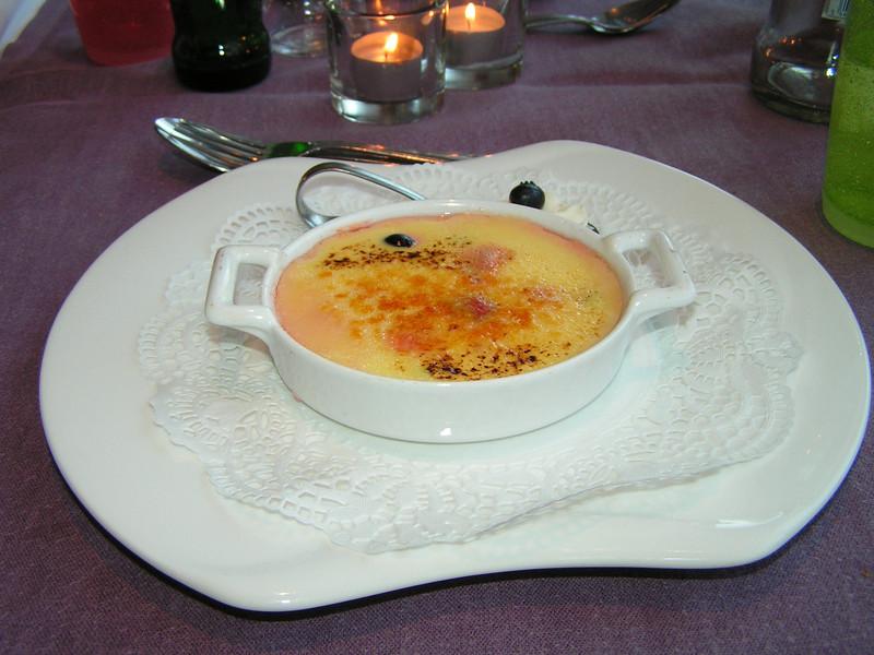 """""""Gebrande crème Catalane met rood fruit en lepeltje slagroom""""<br /> (Markt-menu 2009-08-13)"""
