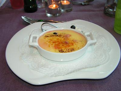 """Gebrande crème Catalane met rood fruit en lepeltje slagroom"" (Markt-menu 2009-08-13)"