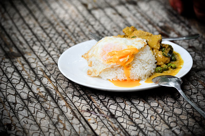Fried egg on rice and curry (khai dao rot khao kaeng)