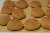 Taitaa olla jokseenkin ensimmäisiä leivonta kokeiluja. Hillittömän hiillostuksen ansiosta tein ihan itse ensimmäiset porkkanasämpyläni.