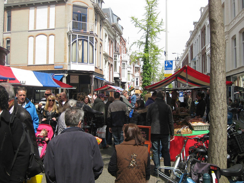 Pietheinstraat in Den Haag, filled with people on a Sunday