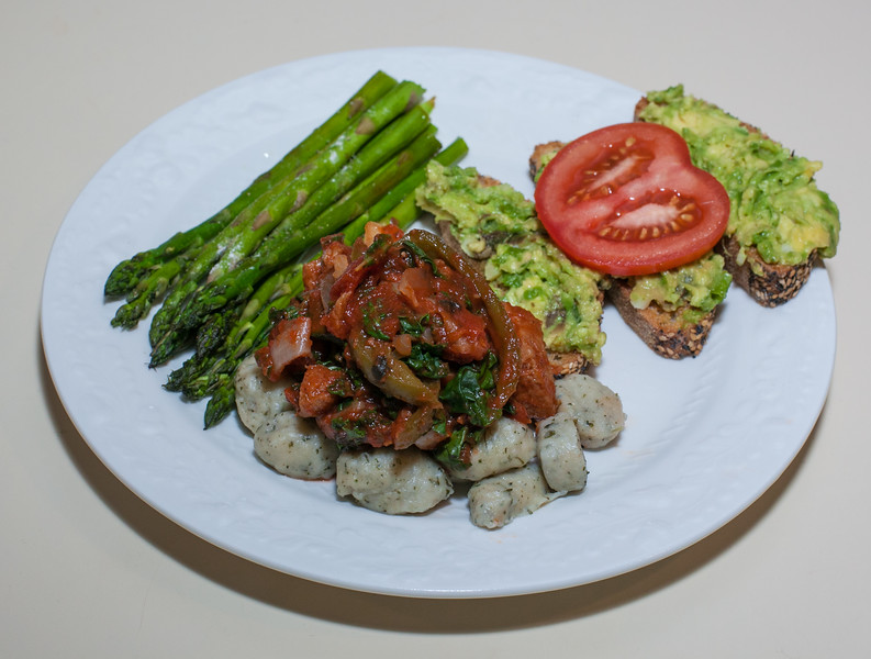 00aFavorite 20131013 Gnocchi w Tomato-Seitan Saute, Asparagus, Seeded Ciabatta Bread w Guacamole (No Added Fat besides avocado) (1851)
