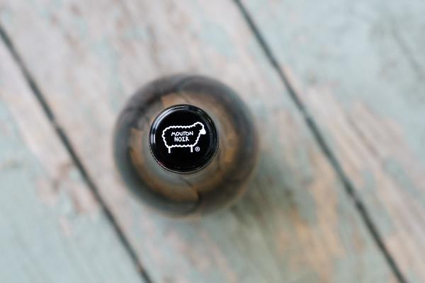 Mouton Noir Wine cap