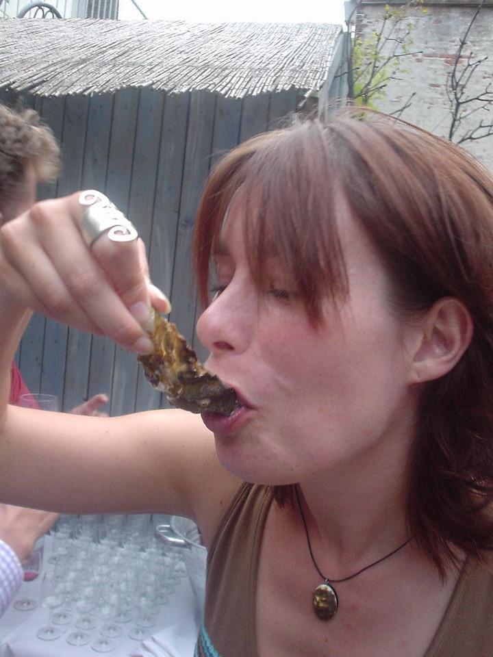 Jessica eating fresh oysters... They had very VERY nice oasters, it must be said! Excellent choice by whomever! (y)