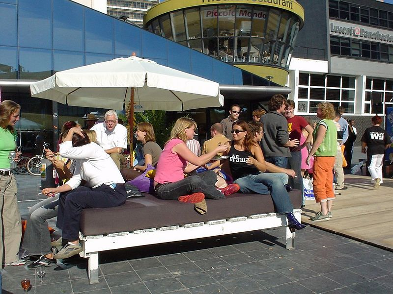 Beach club Wij had even brought one of their own lounge beds! (y)