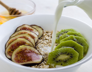 figs and kiwi muesli
