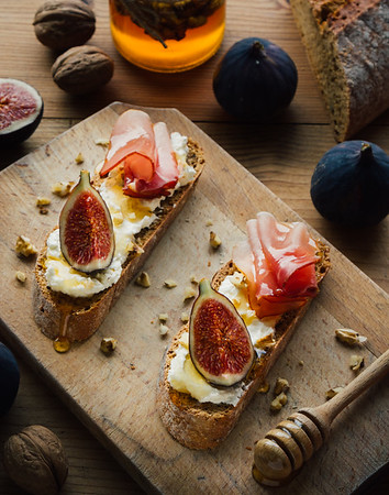 rustic figs bruschetta