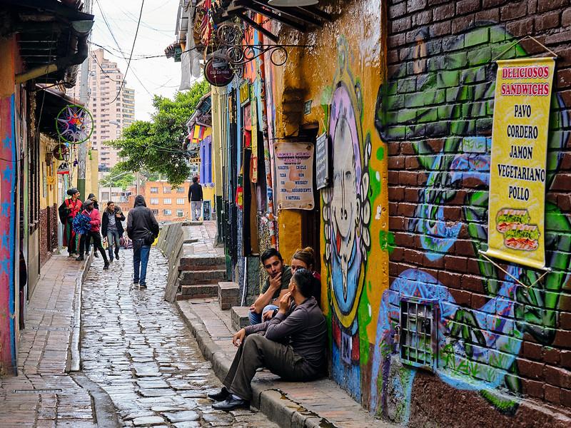 hombres sentados en una calle de bogota colombia