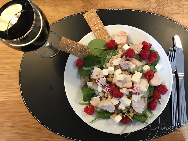 Kikærtesalat med kylling, hindbær og rugkiks