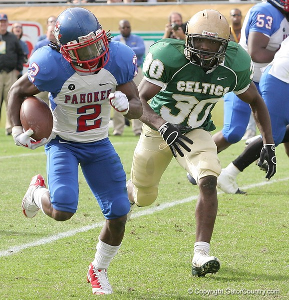 RB Vincent Smith of Pahokee carries the ball with LB Eddie General of Trinity Catholic in pursuit during first-quarter action of the FHSAA Class 2B final against Trinity Catholic on December 13, 2008.