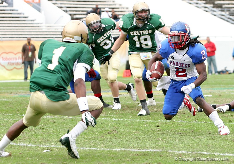 WR Nu'Keese Richardson of Pahokee tries to elude DB Dionte Ponder on this play during the FHSAA Class 2B final on December 13, 2008.