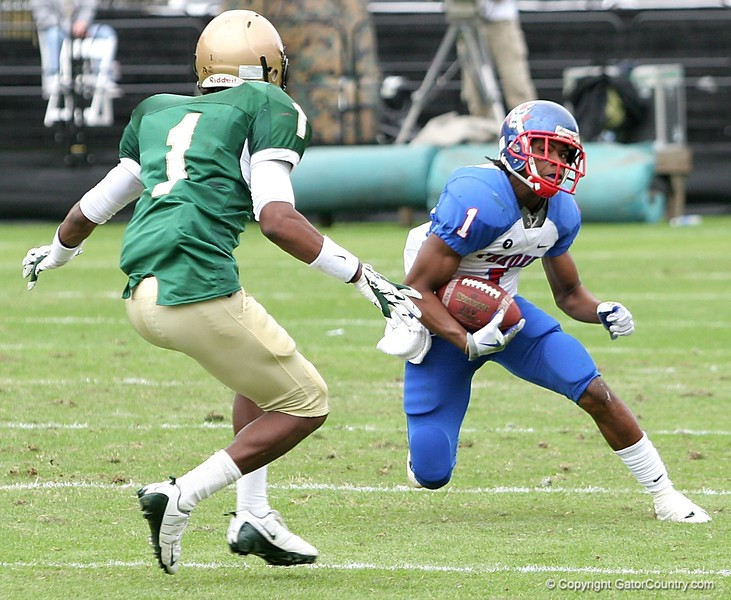 WR Nu'Keese Richardson of Pahokee tries to elude DB Dionte Ponder of Trinity Catholic during the FHSAA Class 2B final on December 13, 2008.