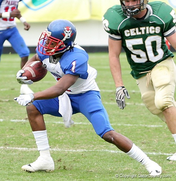 WR Nu'Keese Richardson of Pahokee tries to elude defenders during the FHSAA Class 2B final on December 13, 2008.