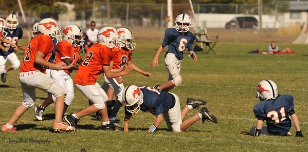 20100925 8135  2010-09-25 WFFL  Jr. Pee Wee, Mtn. Crest White  @ Mtn. Crest Blue (Bowler)