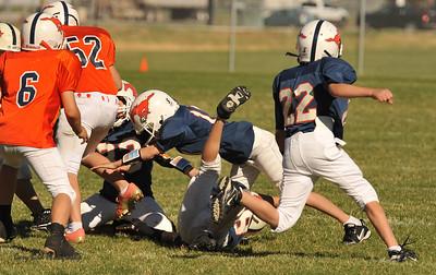 20100925 8150  2010-09-25 WFFL  Jr. Pee Wee, Mtn. Crest White  @ Mtn. Crest Blue (Bowler)