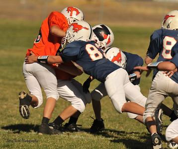 20100925 8154  2010-09-25 WFFL  Jr. Pee Wee, Mtn. Crest White  @ Mtn. Crest Blue (Bowler)
