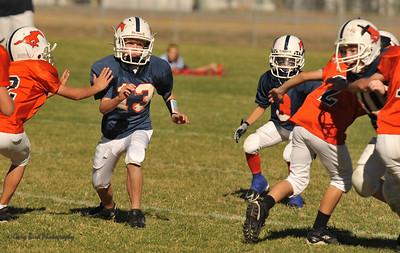 20100925 8153  2010-09-25 WFFL  Jr. Pee Wee, Mtn. Crest White  @ Mtn. Crest Blue (Bowler)