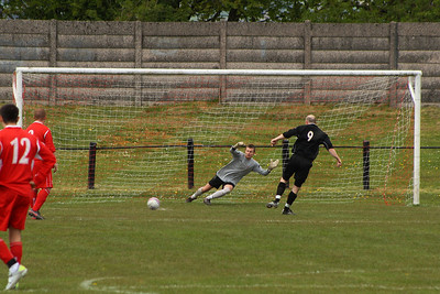 Forth miss the chance to go in front from the penalty spot, the kick screwed wide