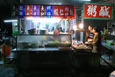 以前大學常當作宵夜的鹹粥店。最常吃魚皮湯和蚵仔湯