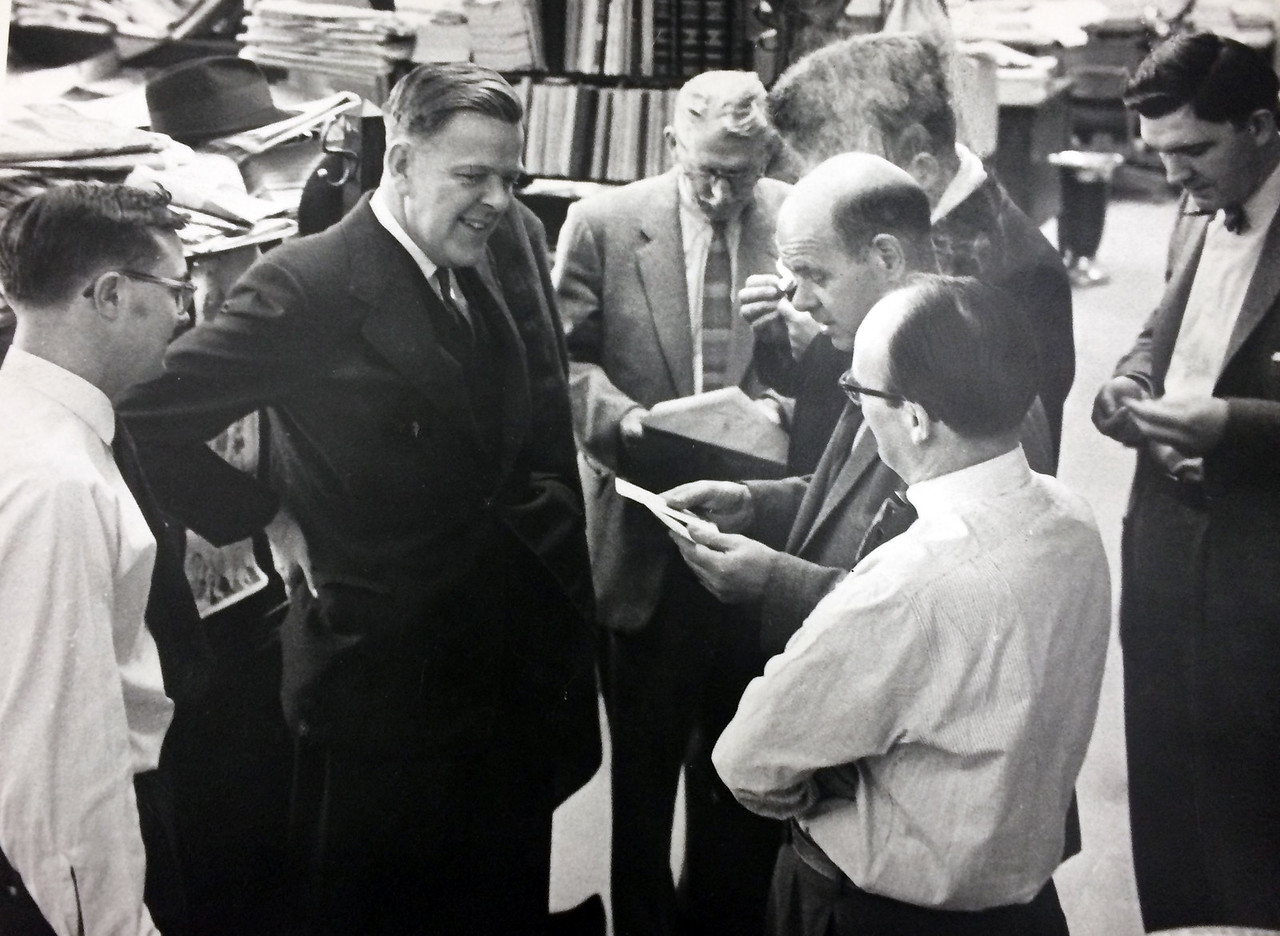 Justice Minister Davie Fulton talks to gallery members Bruce Macdonald (far left), and Frank Flaherty, Charles Lynch, James McCook and Victor Mackie (front to back), and Bruce Phillips (far right). 1963. (Source: Victor Mackie Fonds, Library and Archives Canada). Le ministre de la Justice Davie Fulton en conversation avec les journalistes Bruce Macdonald, Frank Flaherty, Charles Lynch, James McCook, Victor Mackie et Bruce Philips en 1963. (Source: le Fonds Victor Mackie, Bibliothque et Archives Canada)