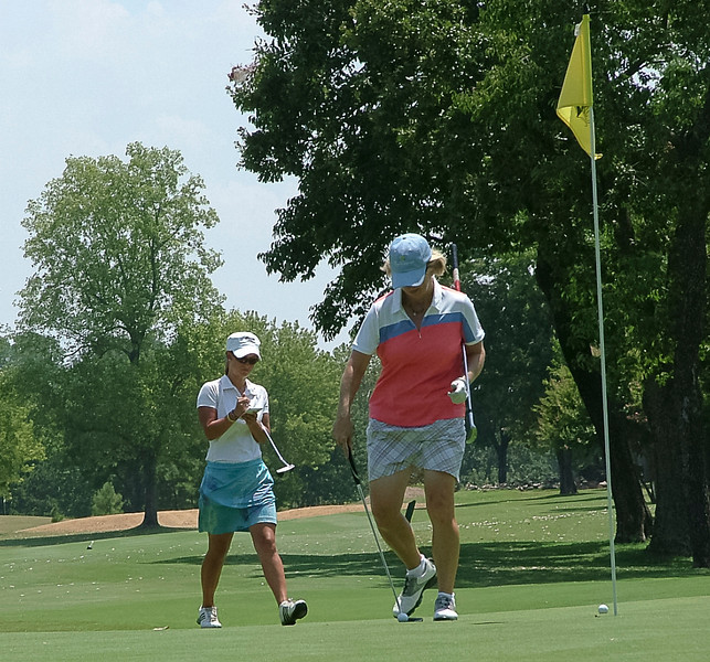 Ellen Port gave the players valuable advice during the practice round....