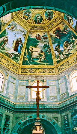 Inside one of the many art / church buildings in Firenze.