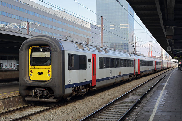 450 and 452, Bruxelles-Midi 22/10/2016 IC2311 1146 Oostende-Bruxelles Airport Zaventem