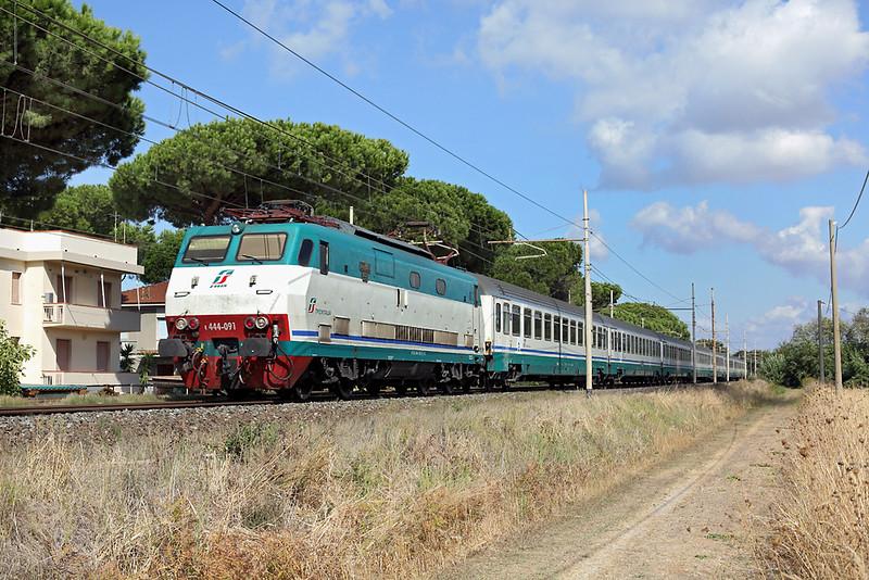 E444-091 San Vincenzo 25/9/2013<br /> IC505 0633 Ventimiglia-Roma Termini