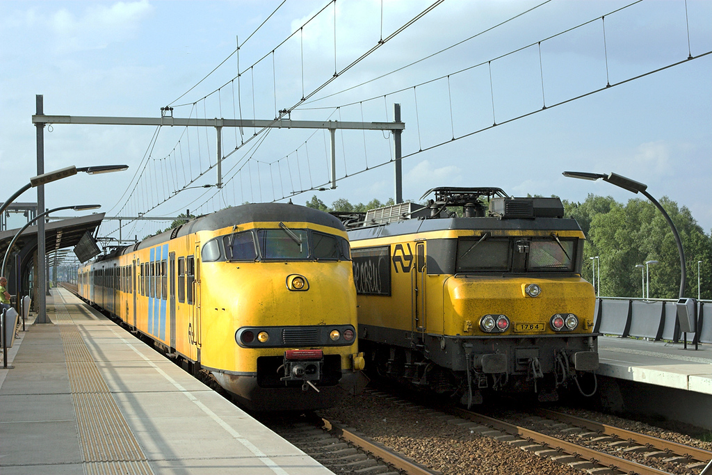 514 and 1764, Arnhem Zuid 4/6/2007<br /> 514: 3769 1750 Zwolle-Nijmegen<br /> 1764: 3664 1721 Roosendaal-Arnhem