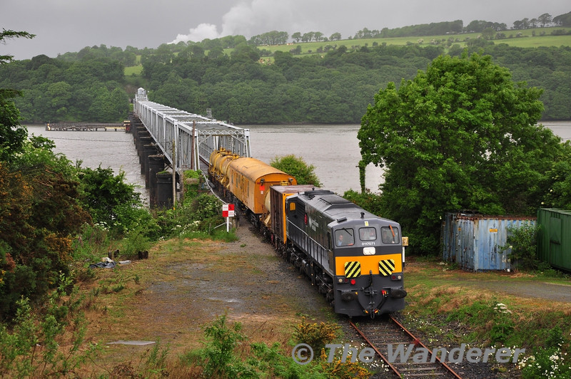 071 and the Weedspray train come off the Barrow Bridge. Fri 14.06.13