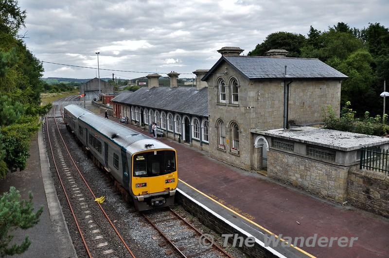 2819 + 2820 at Roscrea. 1725 Limerick - Ballybrophy. Sun 30.08.15