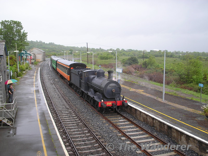 186 arrives at Farranfore. The Valentia Harbour Branch would have been on the opposite side of the island platform at Farrranfore. J15's and possibly even 186 herself would have been a regular sight on the branch line during its life. Wed 25.05.05
