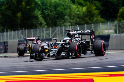 14 Fernando Alonso, McLaren ,  26 Daniil Kvyat, Toro Rosso, Austria, 2016