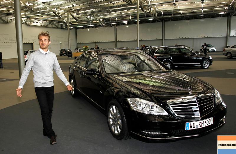 Motorsports / Formula 1: World Championship 2011, Besuch Nico Rosberg besucht in Sindelfingen bei Mercedes Benz, Nico Rosberg ( F1 GP Mercedes Fahrer ) im Kundenzentrum