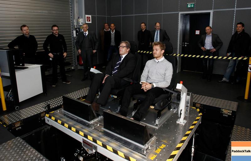 Motorsports / Formula 1: World Championship 2011, Besuch Nico Rosberg besucht in Sindelfingen das Entwicklungszentrum im Technologie Werk, Norbert Haug ( Motorsportchef Mercedes ),  Nico Rosberg ( F1 GP Mercedes Fahrer ), im Ride-Simulator