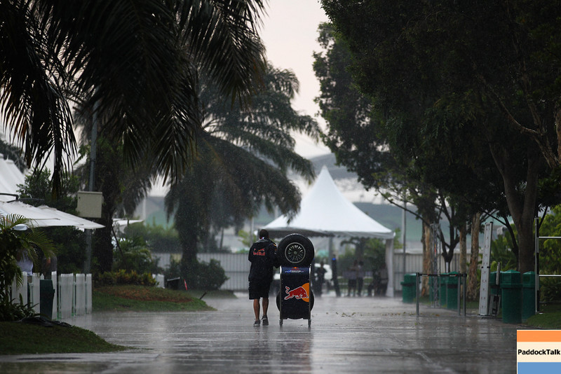 GEPA-07041199008 - FORMULA 1 - Grand Prix of Malaysia, Sepang Circuit. Image shows the paddock. Keywords: rain, mechanic. Photo: Getty Images/ Paul Gilham - For editorial use only. Image is free of charge