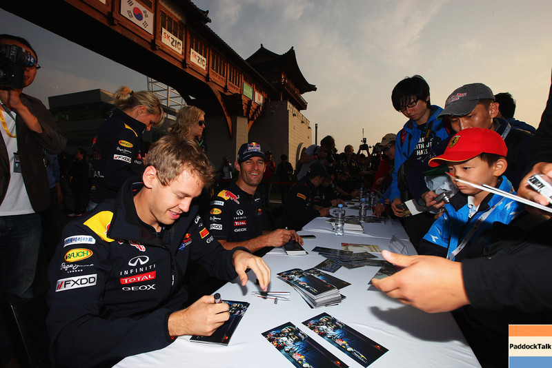 GEPA-15101199010 - FORMULA 1 - Grand Prix of South Korea, Korean International Circuit. Image shows Sebastian Vettel (GER) und Mark Webber (AUS/ Red Bull Racing). Keywords: autograph. Photo: Getty Images/ Mark Thompson - For editorial use only. Image is free of charge