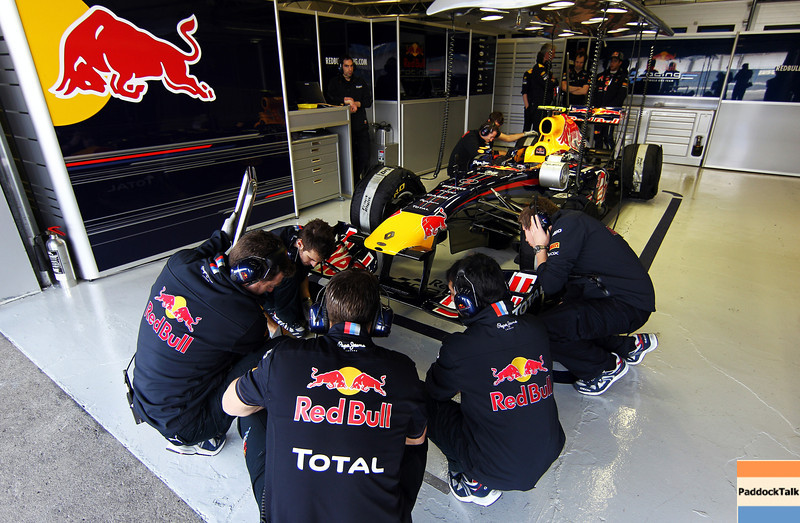 GEPA-10021199026 - FORMULA 1 - Testing in Jerez. Image shows Red Bull Racing engineers and the car of Mark Webber (AUS/ Red Bull Racing). Photo: Paul Gilham/ Getty Images - For editorial use only. Image is free of charge
