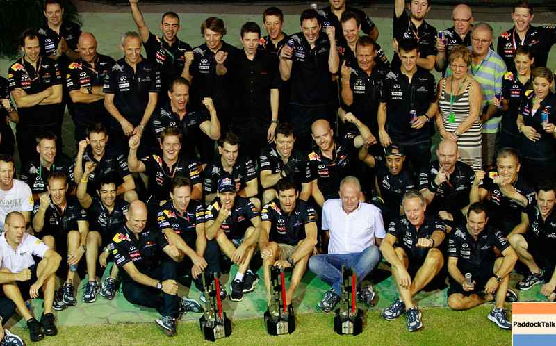 GEPA-25091199047 - FORMULA 1 - Grand Prix of Singapore. Image shows the rejoicing of the team of Red Bull Racing. Keywords: trophy. Photo: Getty Images/ Paul Gilham - For editorial use only. Image is free of charge
