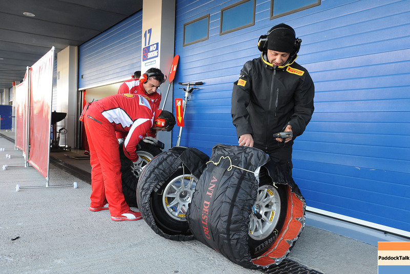 JEREZ (SPAIN) 10/02/2012 - TEST F1/2012 - PIRELLI AND FERRARI TECHNICIANS