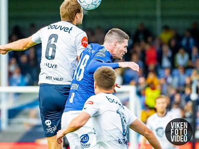Sarpsborg 08s Kyle Lafferty i duell med Vikings Runar Hove. Foto: Thomas Andersen