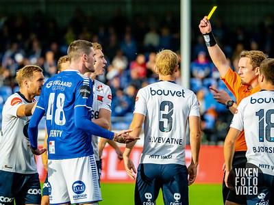 Sarpsborg 08s Kyle Lafferty får gult kort etter 15 sekunder. Foto: Thomas Andersen