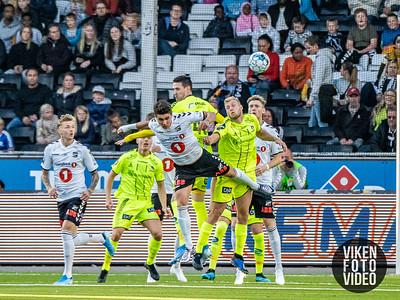 Sarpsborg 08s Kyle Lafferty og Sarpsborg 08s Jonathan Lindseth i duell med Filip Møller Delaveris i kampen mellom Odd og Sarpsborg 08. Foto: Thomas Andersen