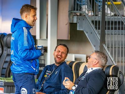 Sarpsborg 08s Nicolai Næss i samtale med Roar Johansen før kampen mellom Sarpsborg 08 og Stabæk. Foto: Thomas Andersen