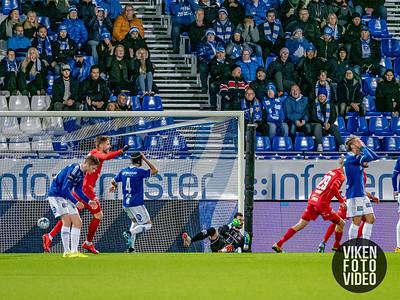 Branns Taijo Teniste setter inn 1-0 bak Sarpsborg 08s keeper Alexandre Letellier i kampen mellom Sarpsborg 08 og Brann. Foto: Thomas Andersen